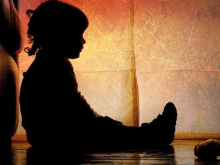રાજકોટમાં માતાએ પ્રેમી સાથે મળી 5 વર્ષના પુત્રની ઝેરી દવા ખવડાવી હત્યા કરી લાશને ગોંડલ પાસે દફનાવી; અજાણ્યા શખ્સે ભાંડો ફોડ્યો|રાજકોટ,Rajkot - Divya Bhaskar