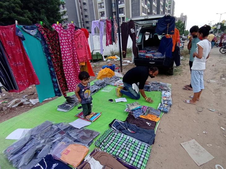 કપડા વેચતા નાના વેપારીની ફાઈલ તસવીર.
