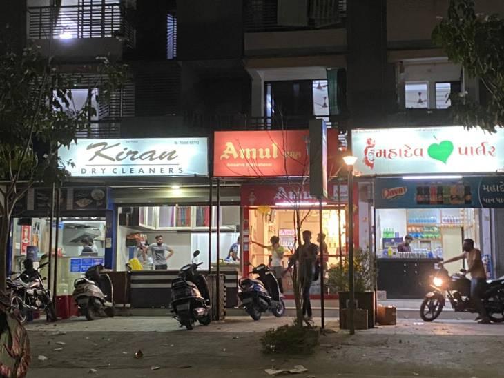 પોલીસે ગરીબ લોકોને દંડો બતાવી લારી ગલ્લા બંધ કરાવ્યા, મોટી હોટલ અને રેસ્ટોરન્ટ પર કોઈ કાર્યવાહી નહીં|અમદાવાદ,Ahmedabad - Divya Bhaskar