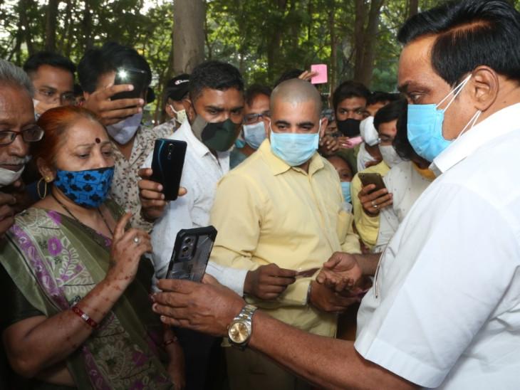 સુરત સિવિલમાં ભાજપ પ્રમુખ પાટીલ અને આરોગ્યમંત્રી કાનાણીને લોકોએ કહ્યું, દર્દીને અપાતી ટ્રીટમેન્ટની કોઈ માહિતી મળતી નથી સુરત,Surat - Divya Bhaskar