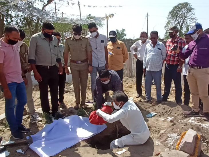 ગોંડલમાં 5 મહિનાના ફૂલ જેવા પુત્રની હત્યા કરી દફનાવી જનેતા પ્રેમી સાથે ભાગી ગઇ, પોલીસે મૃતદેહ બહાર કાઢી ફોરેન્સિક PMમાં મોકલ્યો|રાજકોટ,Rajkot - Divya Bhaskar