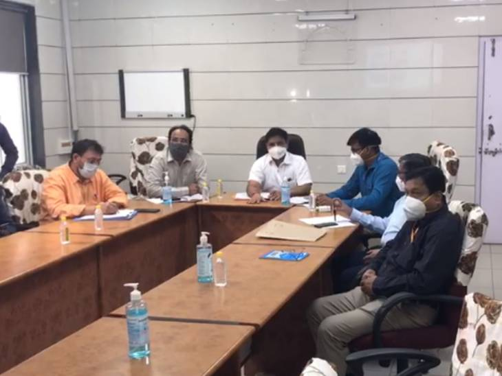 અમદાવાદમાં કેન્દ્રની ટીમના ત્રણ અધિકારીઓએ સિવિલ હોસ્પિટલમાં ધામા નાંખ્યા, સુવિધાઓનો રિવ્યુ કરીને સંતોષ વ્યક્ત કર્યો|અમદાવાદ,Ahmedabad - Divya Bhaskar