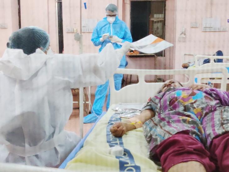 એક તો કોરોના, બીજી ગરમી; દર્દી પરેશાન થઈ તો સ્વાસ્થ્ય કર્મચારી ફાઈલથી હવા નાંખવા લાગી|રાજકોટ,Rajkot - Divya Bhaskar