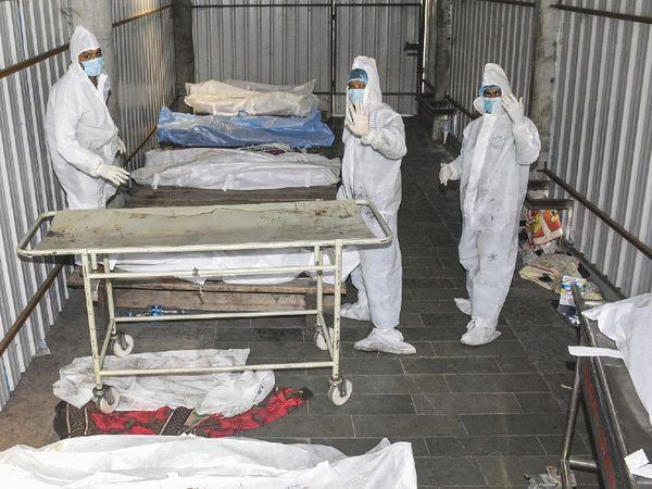ફોટો ગુજરાતના સુરત શહેરનો છે. અહીં કોરોનાથી મૃત્યુ પામેલા દર્દીઓના અંતિમસંસ્કાર માટે ટોકન સિસ્ટમ શરૂ થઈ છે. મૃતકોના સંબંધીઓને ઘણા કલાકો સુધી રાહ જોવી પડી રહી છે.