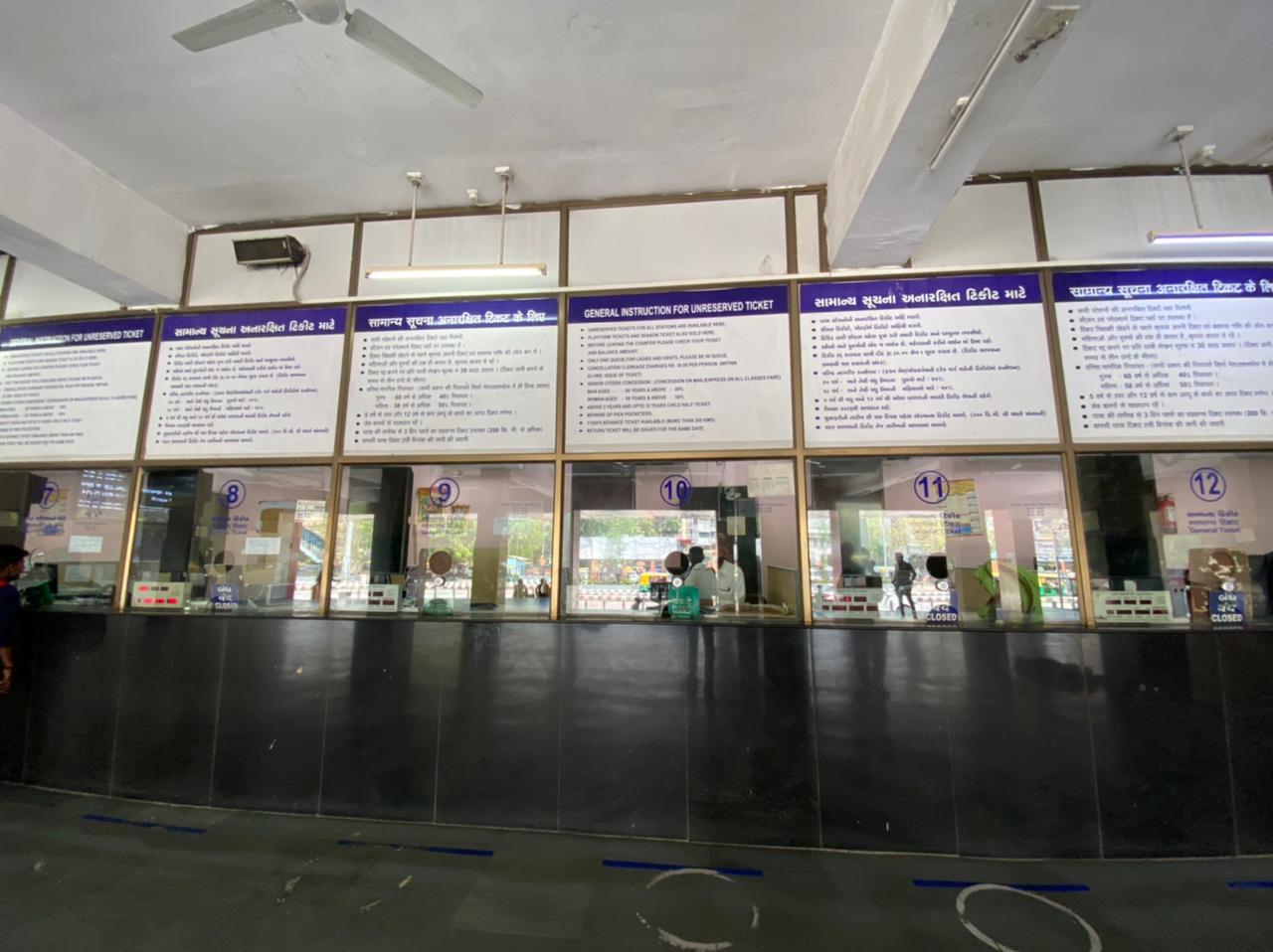 કોરોનાનું સંક્રમણ વધતા કાલુપુર રેલવે સ્ટેશન પર પ્લેટફોર્મ ટિકિટનું વેચાણ બંધ કરાયું, માત્ર મુસાફરોને જ એન્ટ્રી અપાશે અમદાવાદ,Ahmedabad - Divya Bhaskar