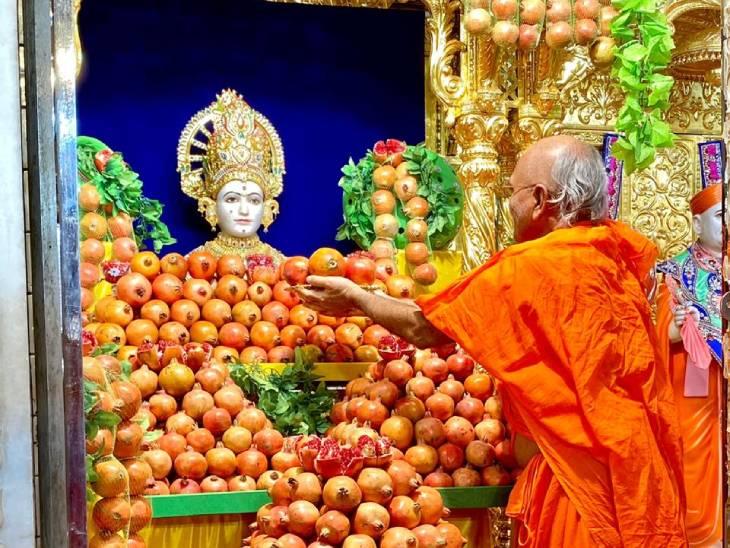 અમદાવાદમાં મણિનગર સ્વામિનારાયણ મંદિરમાં દાડમોત્સવની ઉજવણી કરવામાં આવી, 400 કિલો દાડમની કલાત્મક સજાવટ કરાઈ|અમદાવાદ,Ahmedabad - Divya Bhaskar