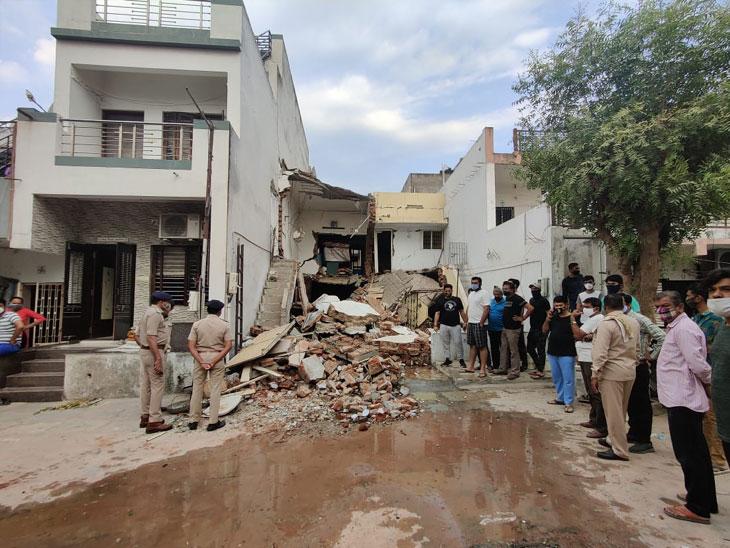 રાણીપની એક સોસાયટીમાં ગેસ-લીકેજથી બ્લાસ્ટ થતાં બે માળનું મકાન ધરાશાયી, 2 મહિલાનાં મોત, 4 ઈજાગ્રસ્ત અમદાવાદ,Ahmedabad - Divya Bhaskar