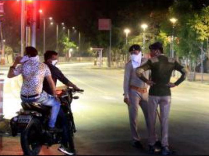 અમદાવાદમાં નાઈટ કર્ફ્યૂ વચ્ચે મોડી રાત્રે કાફે ખુલ્લું રાખીને બેઠેલા 10 લોકો સામે પોલીસે કેસ નોંધ્યો|અમદાવાદ,Ahmedabad - Divya Bhaskar