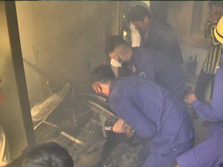 બેડી નાકા નજીક આવેલા કોમલ એપાર્ટમેન્ટના ચોથા માળે આગ લાગી, બે બાળકો સહિત મહિલાનું રેસ્ક્યૂ, ત્રણેયને સિવિલમાં ખસેડ્યા|રાજકોટ,Rajkot - Divya Bhaskar