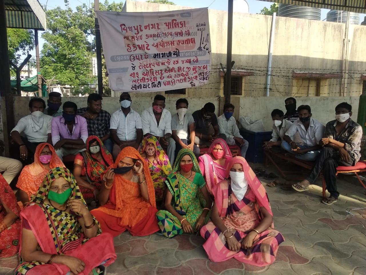વીજાપુરના સફાઈ કામદારો અને વોટર વર્કસના કર્મચારીઓની પડતર માગણી પૂરી ના થતા હડતાળ પર ઉતર્યા મહેસાણા,Mehsana - Divya Bhaskar