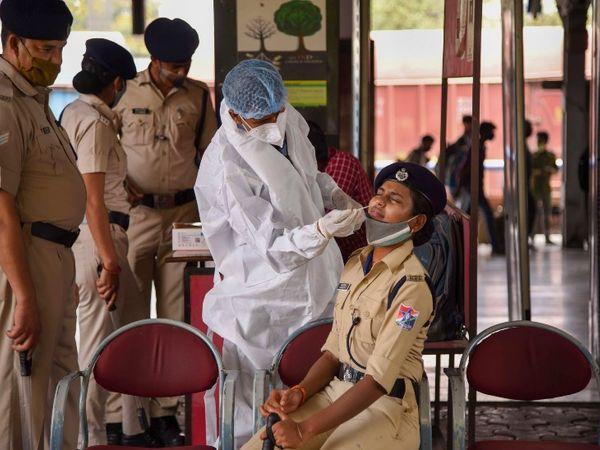 નવી મુંબઈમાં ફરીથી તમામ પોલીસકર્મીઓનું કોરોના ટેસ્ટિંગ શરૂ થયું છે.