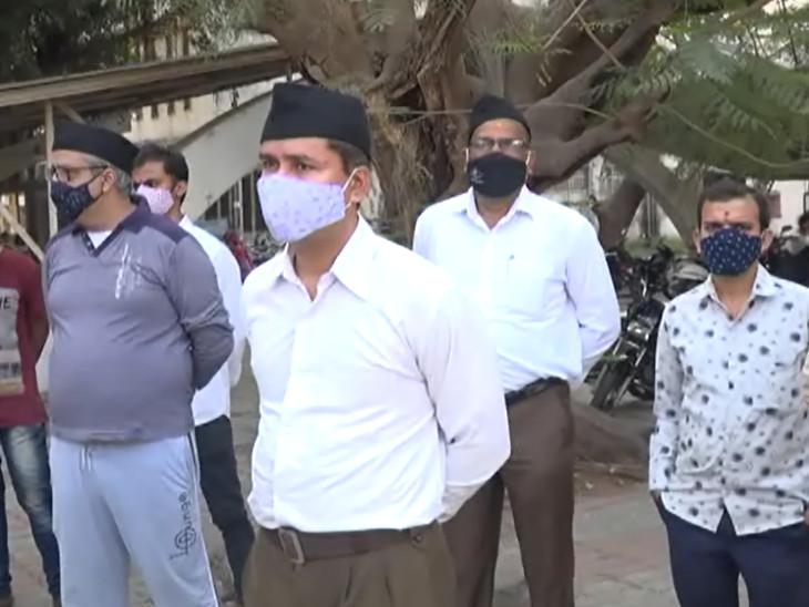 સુરત સિવિલ હોસ્પિટલમાં દર્દીઓની સામે સ્ટાફની અછત સર્જાતા RSSના કાર્યકરો સેવા કાર્યમાં જોડાયા|સુરત,Surat - Divya Bhaskar