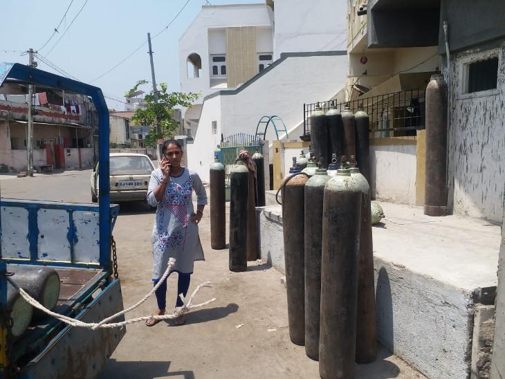 ધોરાજીમાં ઓક્સિજન સપ્લાયર બિમાર પડતા પત્નીએ ધંધો સંભાળ્યો, પતિની તબિયતની ચિંતા કર્યા વિના કોરોના દર્દીઓને ઓક્સિજન પુરો પાડી રહી છે રાજકોટ,Rajkot - Divya Bhaskar