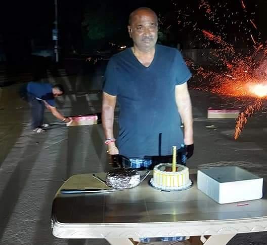 આણંદના પૂર્વ પ્રમુખે જાહેરમાં કરફ્યુ ભંગ કરી બર્થડે કેક કાપી, જાહેરનામાનો ભંગ કરતો વિડીયો,ફોટા સોશિયલ મીડિયામાં વાયરલ આણંદ,Anand - Divya Bhaskar