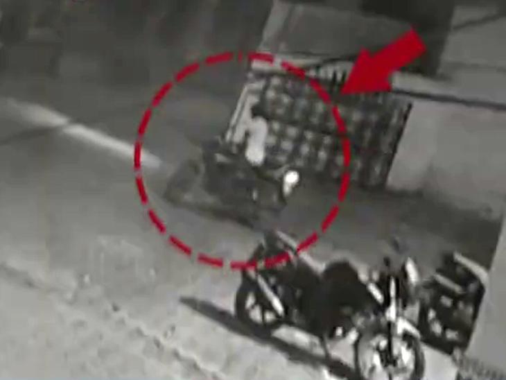 બુરહાનપુરમાં અડધી રાતે પોલીસ સ્ટેશનમાંથી ASIનું બાઇક ચોરાયું, ઘટના CCTV કૅમેરામાં કેદ|ઈન્ડિયા,National - Divya Bhaskar