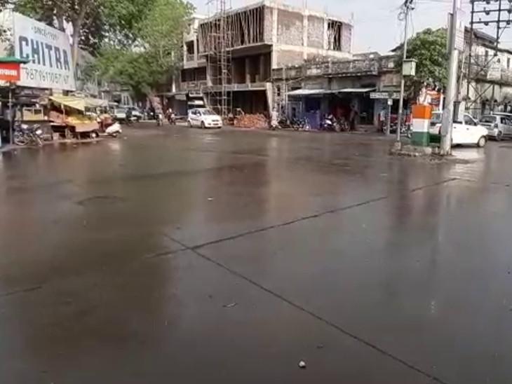 ગોંડલમાં બપોર બાદ વાતાવરણમાં પલ્ટો, વરસાદી ઝાપટુ વરસતા રસ્તાઓ ભીંજાયા, ઠંડક પ્રસરતા લોકોએ ગરમીમાંથી રાહત અનુભવી રાજકોટ,Rajkot - Divya Bhaskar
