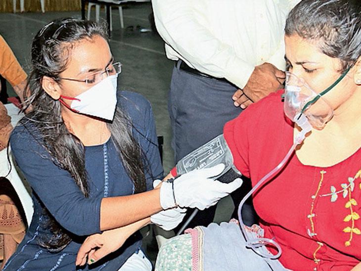 વરાછા આઇસોલેશન સેન્ટરમાં MBBSની વિદ્યાર્થિની 14 કલાકની સેવા આપી રહી છે|સુરત,Surat - Divya Bhaskar