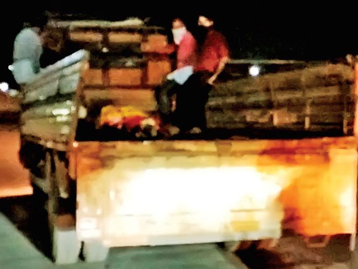 શબવાહિની ન મળતા ટ્રકમાં મૃતદેહ લઈ જવા પરિવાર મજબૂર રાજકોટ,Rajkot - Divya Bhaskar
