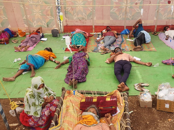 ગુજરાતના તાપી જિલ્લાના 7 ગામના લોકો મહારાષ્ટ્ર સરહદે આવેલા શિવપુર ગામની તંબુ હોસ્પિટલમાં આ રીતે સારવાર લઈ રહ્યા છે|વ્યારા,Vyara - Divya Bhaskar