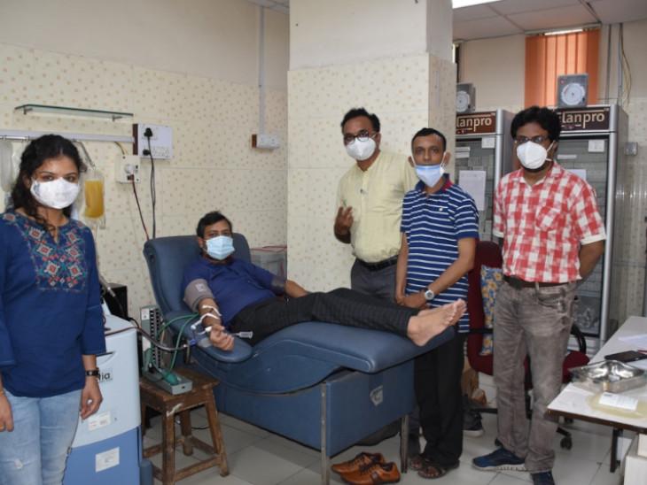 100 દિવસની લાંબી સારવાર લઈને કોરોનામુક્ત થયેલાં સુરતના કોરોના વોરિયર ડો.સંકેત મહેતાએ પ્લાઝમા દાન કર્યું|સુરત,Surat - Divya Bhaskar