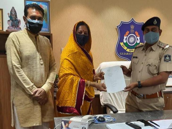 ગુજરાત પ્રદેશ મહિલા કોંગ્રેસના અધ્યક્ષ ગાયત્રીબા વાઘેલા દ્વારા ગાંધીગ્રામ પોલીસને અરજી આપવામાં આવી .