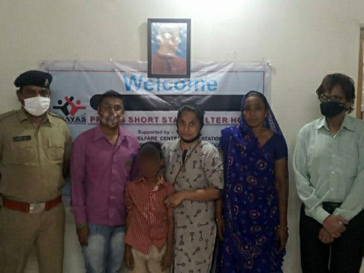 મારા માતા-પિતાનું અકસ્માતમાં મોત થયું છે, 15 દિવસથી અમદાવાદમાં છું, ઘરેથી ભાગેલા બાળકે કહાની ઉભી કરી, ચાઈલ્ડ લાઈને માતા-પિતાને પરત સોંપ્યો|અમદાવાદ,Ahmedabad - Divya Bhaskar