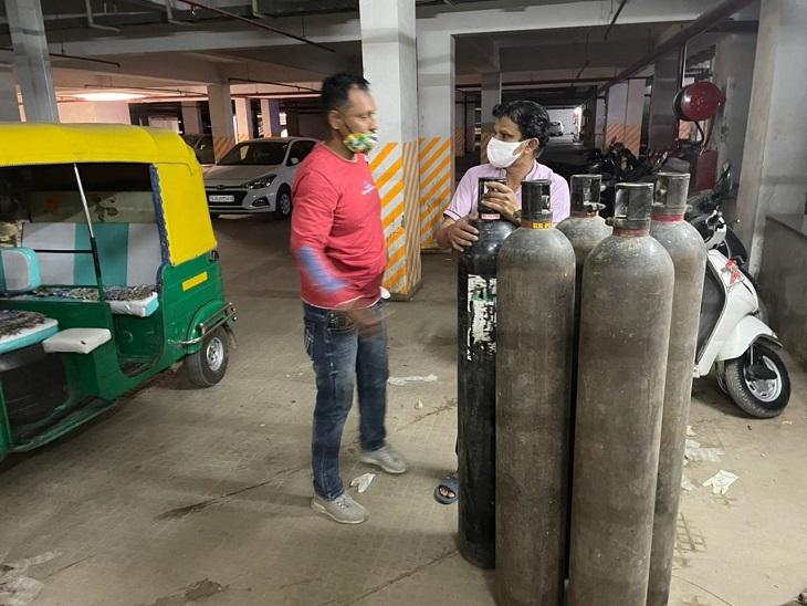 કોરોનાના કપરા કાળમાં અમદાવાદી યુવકની ટીમની નિઃસ્વાર્થ સેવા, હોસ્પિટલમાં રોજ બે વાર ઓક્સિજન અને જરૂરિયાતમંદોને પ્લાઝમા પહોંચાડે છે|અમદાવાદ,Ahmedabad - Divya Bhaskar