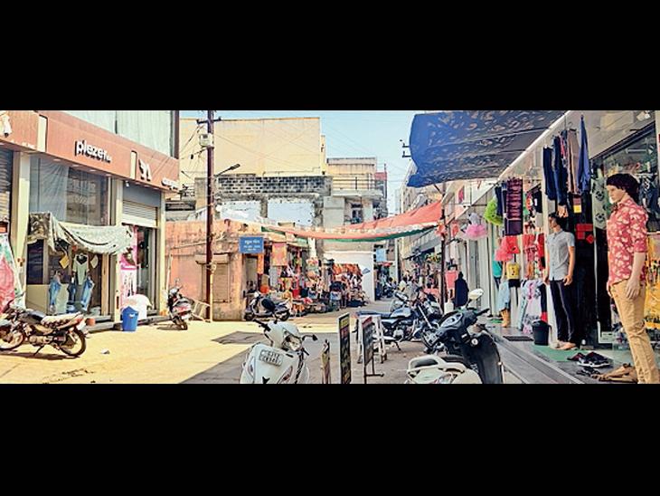 સ્વૈચ્છિક લોકડાઉન પૂર્વે શહેરની બજારોમાં સંક્રમણના ભયરૂપી મંદી ડોકાઇ|ભુજ (કચ્છ),Bhuj (Kutch) - Divya Bhaskar