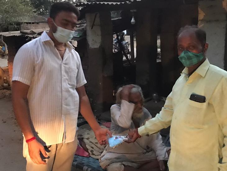 ડભાસાના સરપંચે વોરિયર્સ બની ગામના 2500 ઘરમાં પ્રોટેક્શન કિટનું વિતરણ કર્યું|વડોદરા,Vadodara - Divya Bhaskar