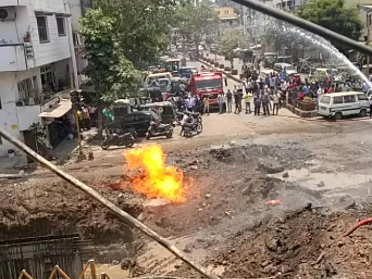 સુરતના નાનપુરામાં સ્ટ્રોમ વોટરની પાઈપલાઈનના ખોદકામ દરમિયાન ગેસ પાઈપ લાઈનમાં ભંગાણ થતા આગ લાગી સુરત,Surat - Divya Bhaskar