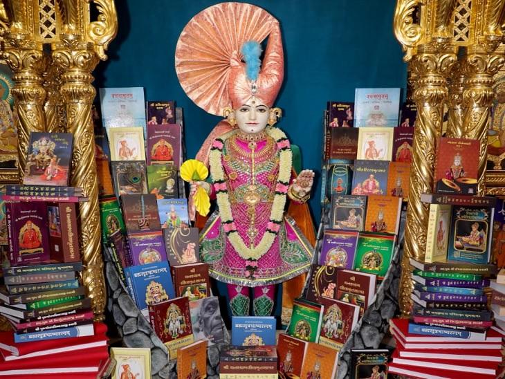 આચાર્ય શ્રી જિતેન્દ્રિયપ્રિયદાસજી સ્વામીએ વિશ્વ પુસ્તક દિને પુસ્તકોનું વાંચન કર્યું હતું