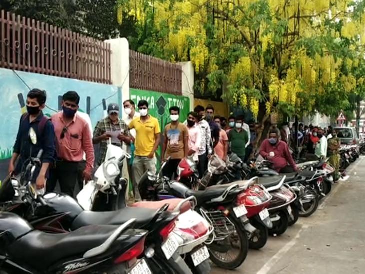 રાજકોટવાસીઓનો દિવસ લાઇનથી શરૂ અને લાઇનમાં પૂરો થાય, કોરોનામાં રામબાણ રેમડેસિવિર માટે લોકોનો રઝળપાટ|રાજકોટ,Rajkot - Divya Bhaskar