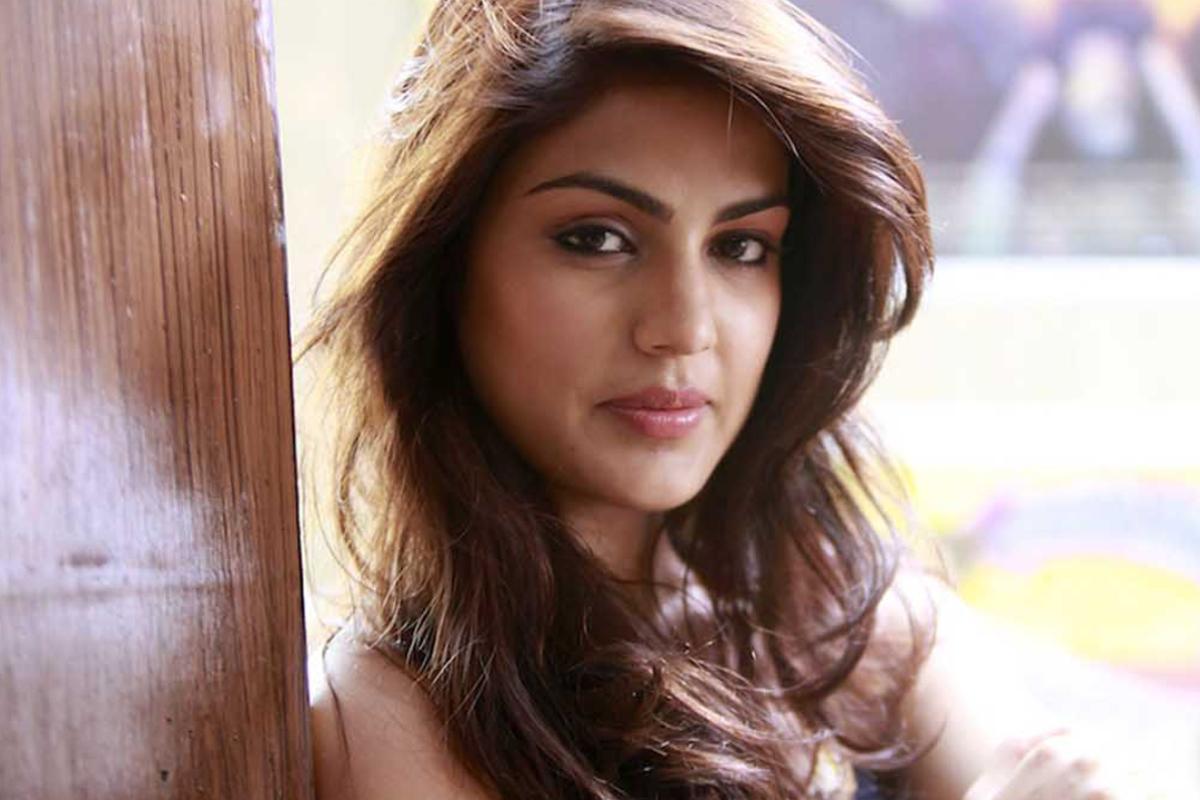 રિયા ચક્રવર્તીએ સોશિયલ મીડિયા પર ડાયરેક્ટ મેસેજનો ઓપ્શન ખોલ્યો, પોસ્ટ કરી લખ્યું, 'મારાથી શક્ય એટલી મદદ કરવા પ્રયત્નો કરીશ' બોલિવૂડ,Bollywood - Divya Bhaskar