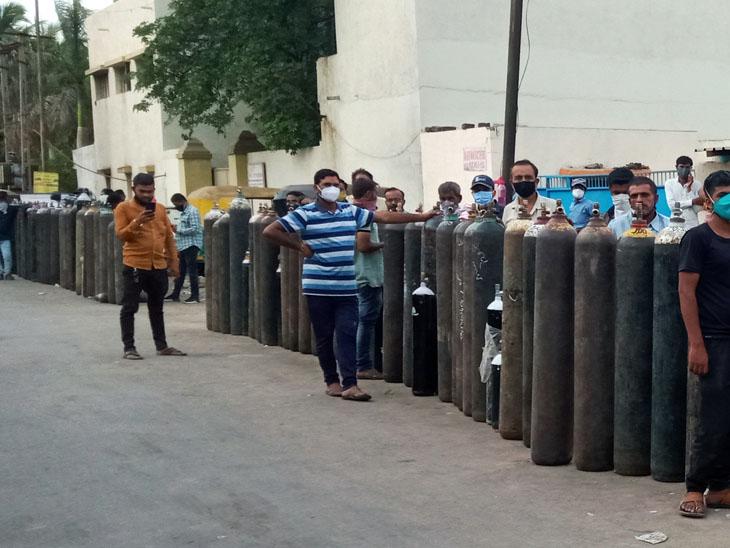 24 કલાક ચાલે એટલા ઓક્સિજન માટે 500 લોકો 12 કલાક સુધી 5 કિલોમીટર લાંબી લાઇનમાં ઊભા રહે છે|રાજકોટ,Rajkot - Divya Bhaskar