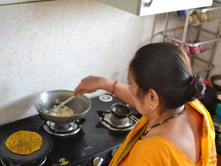કિચનમાં ભોજન તૈયાર કરતા ઉર્મિલાબેન. તેમને હંમેશા અલગ-અલગ પ્રકારની ગુજરાતી ડિશિસ બનાવવાનો શોખ રહ્યો છે.