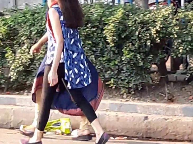 """અમદાવાદમાં કાર ચાલકે """"બહુ મસ્ત લાગો છો"""" કહી છેડતી કરતા બહાદુર યુવતીએ નંબર પ્લેટનો ફોટો પાડી પીછો કર્યો, પછી પોલીસ બોલાવી અમદાવાદ,Ahmedabad - Divya Bhaskar"""