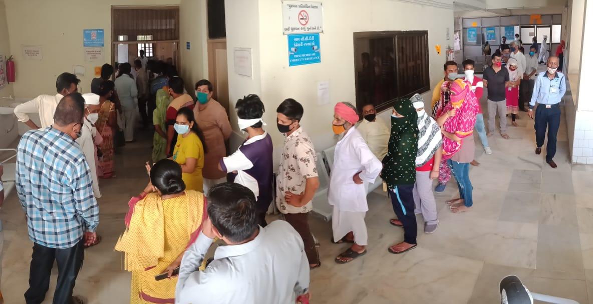 પાટણમાં કોરોના વેક્સિન લેવા માટે લાંબી લાઇનો લાગી, ભારે ભીડ જામતાં ટોકન સિસ્ટમ શરૂ કરવામાં આવી|પાટણ,Patan - Divya Bhaskar