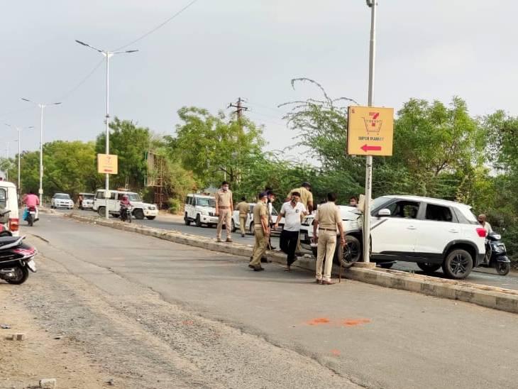 અમદાવાદમાં સાબરમતી પાસે દેશી દારુ ભરેલી કારનો અકસ્માત થયો, પોલીસ પર ગીલોલ અને પથ્થર વડે હુમલો કરાયો|અમદાવાદ,Ahmedabad - Divya Bhaskar