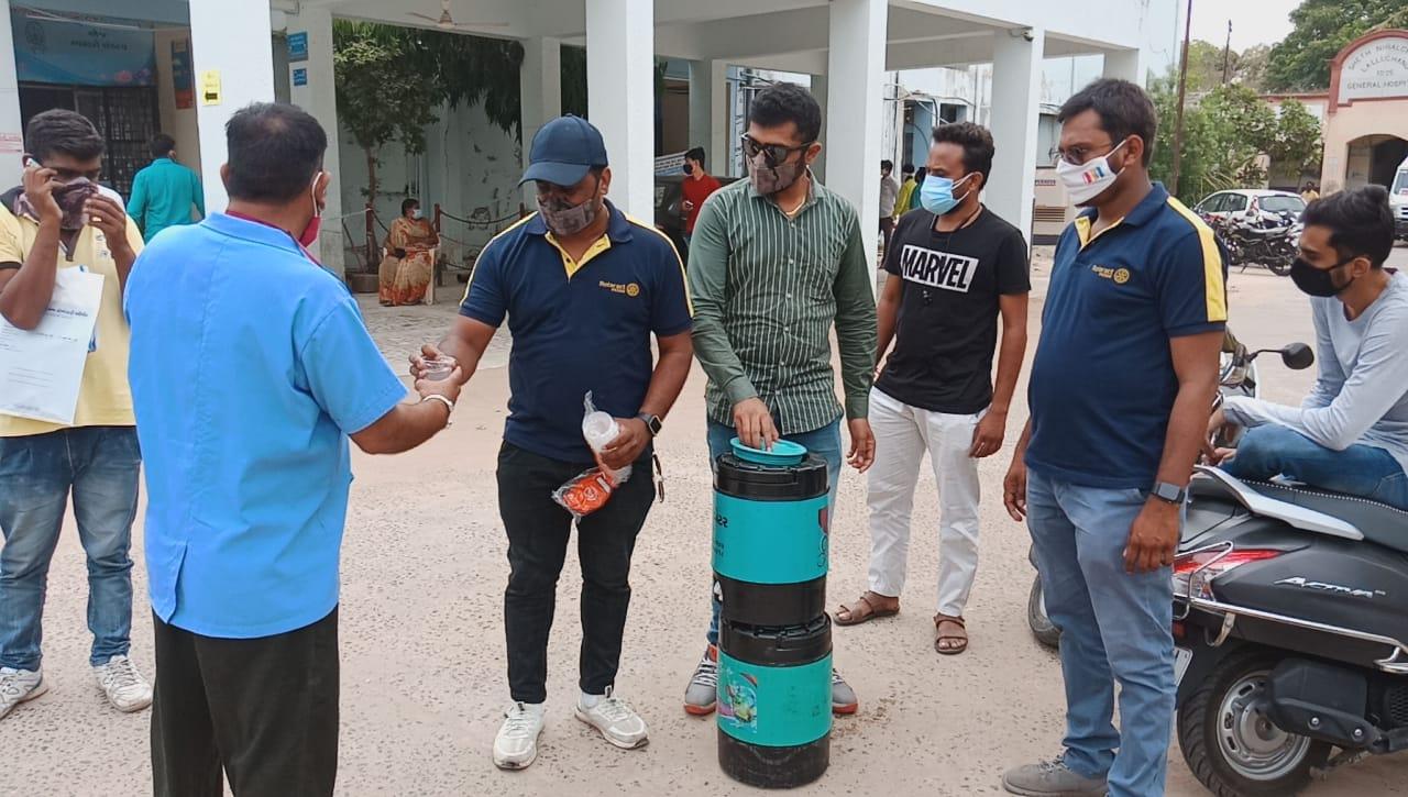 પાટણમાં કોવિડ ટેસ્ટિંગ સેન્ટરો પર ફરજ બજાવતા કર્મચારીઓને અને હોસ્પિટલમાં સારવાર લેતાં દર્દીઓને નિ:શુલ્ક લીંબુ શરબતનુ વિતરણ કરાયું|પાટણ,Patan - Divya Bhaskar