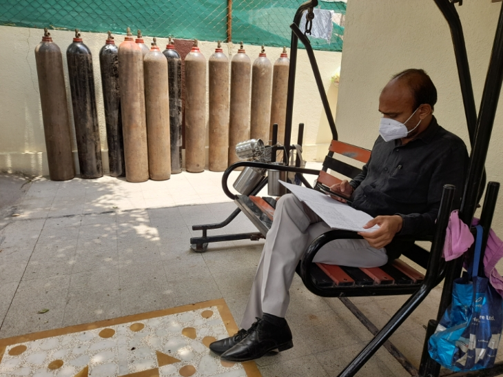 ઓક્સિજનના અભાવે કોઈનું મોત ના થાય તે માટે ભાવનગરના એક સેવાભાવીએ સ્વખર્ચે સાધનો વસાવી નિઃશુલ્ક સેવા શરૂ કરી|ભાવનગર,Bhavnagar - Divya Bhaskar