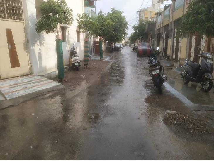 રાજકોટમાં સતત બીજા દિવસે વીજળીનાં કડાકા ભડાકા સાથે વરસાદ, રસ્તા પર પાણી ફરી વળ્યાં|રાજકોટ,Rajkot - Divya Bhaskar