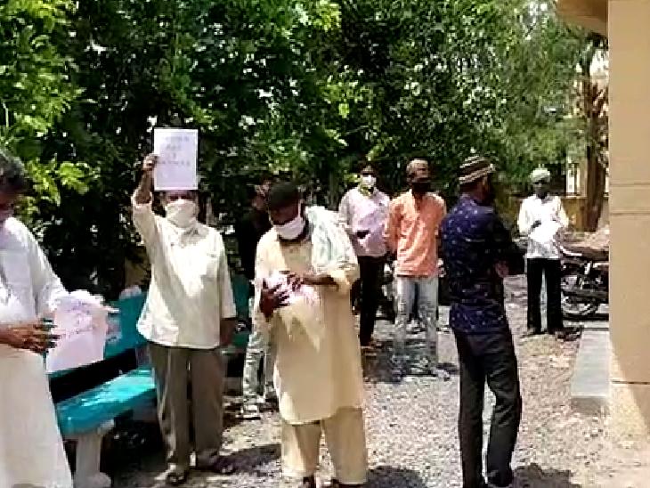 દસાડા CHCના તબીબની બદલી રોક્વા ગામલોકોની માગ, બદલી ના રોકાય તો ભૂખ હડતાળની ચીમકી સુરેન્દ્રનગર,Surendranagar - Divya Bhaskar