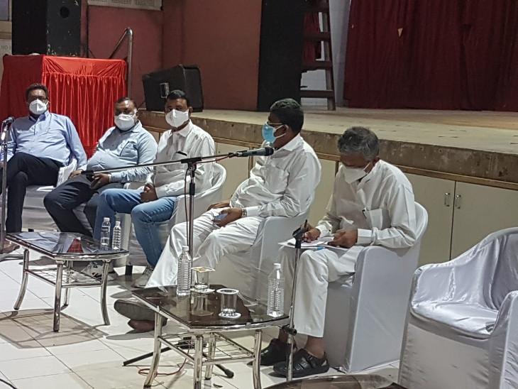 કોરોના સામે ડેમેજ કંટ્રોલ કરવા ભાજપના નેતાઓ મેદાને, જિ.પં.ના સભ્યો, આગેવાનો સાથે મંત્રીઓની બેઠક, ગ્રામ્ય વિસ્તારમાં સુવિધા અભાવની ફરિયાદ|રાજકોટ,Rajkot - Divya Bhaskar