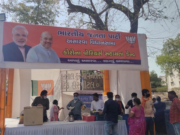 જનતા કોરોનાથી તરફડે છે ત્યારે ભાજપનો તાયફો, અમદાવાદની 1200 બેડ હોસ્પિટલ બહાર ટેન્ટ બાંધી ખેસ સાથે સેવ મમરા વેચવા કાર્યકરો ભેગા થયા અમદાવાદ,Ahmedabad - Divya Bhaskar