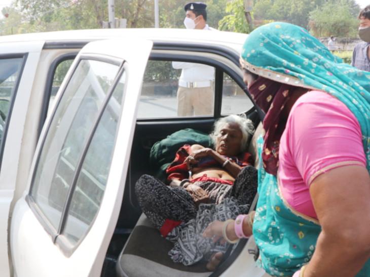 મહિલાએ માજીની હાલત જોઈ પોતે લીધેલું ટોકન આપી દીધું. - Divya Bhaskar