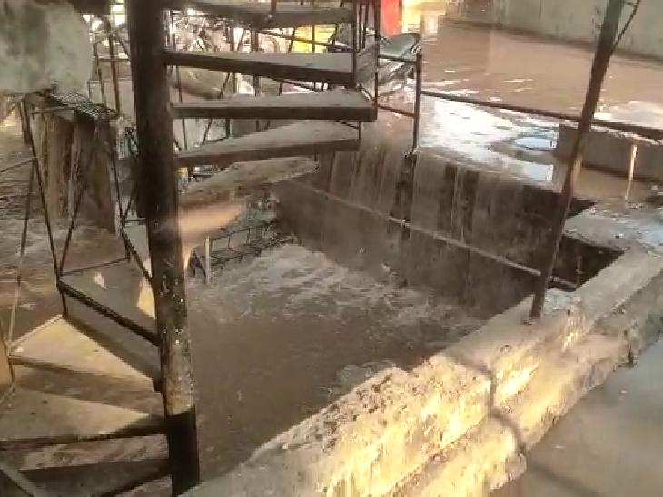 અમદાવાદના જમાલપુર ચાર રસ્તા પાસે પાણીની પાઈપલાઈનમાં ભંગાણ, શોપિંગ કોમ્પ્લેક્સમાં આવેલી દુકાનોમાં પાણી ફરી વળ્યાં|અમદાવાદ,Ahmedabad - Divya Bhaskar