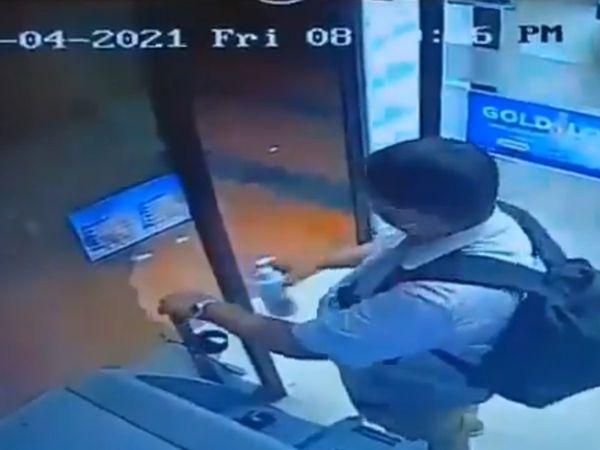 ATMમાંથી રૂપિયા ઉપાડ્યા પછી ત્યાં મૂકેલું સેનિટાઈઝર ચોરી કરીને સાથે લઇ ગયો, વીડિયો જોઇને યુઝરે કહ્યું-દેશ આવા મૂર્ખ લોકોથી જ ભરેલો છે|લાઇફસ્ટાઇલ,Lifestyle - Divya Bhaskar