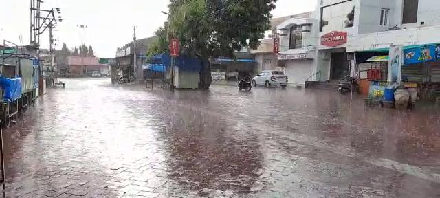 યાત્રાધામ વીરપુરમાં વીજળીનાં કડાકા ભડાકા સાથે ધોધમાર વરસાદ, રસ્તા પર પાણી ફરી વળ્યાં|રાજકોટ,Rajkot - Divya Bhaskar