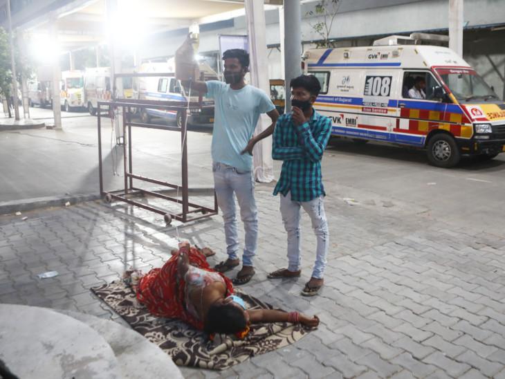 અમદાવાદ સિવિલ બહાર મહિલાનું ઓક્સિજન 45 થતાં રોડ પર સારવાર કરી, 1200 બેડની હોસ્પિટલ એક બેડની પણ વ્યવસ્થા ન કરી શકી!|અમદાવાદ,Ahmedabad - Divya Bhaskar