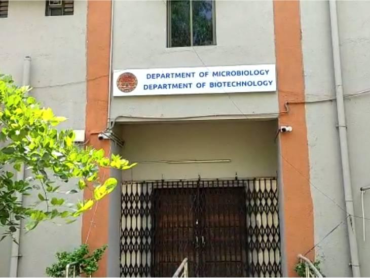 ટેસ્ટ માટે લોકો મોટો ખર્ચ કરે છે અને રાજ્યની 27 યુનિવર્સિટીઓમાં RT-PCR ટેસ્ટ માટે ઉપયોગી સાધનો ધુળ ખાય છે અમદાવાદ,Ahmedabad - Divya Bhaskar